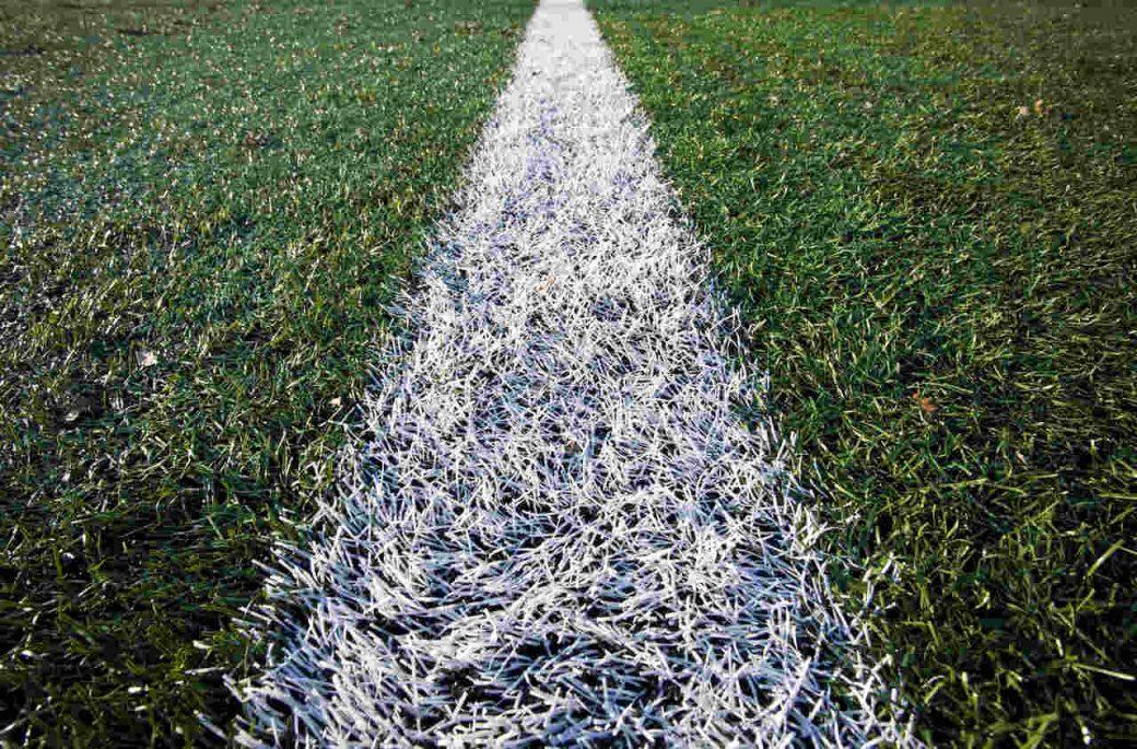 linia boiska namalowana za pomocą wózka do malowania linii boiska